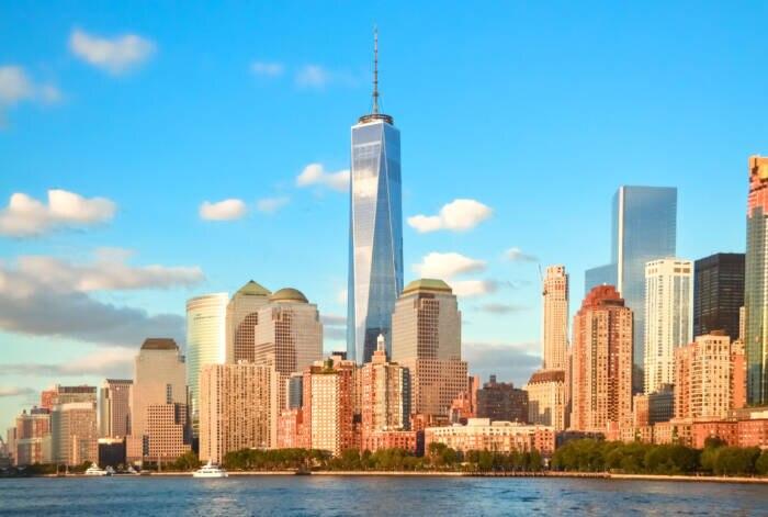 Das One World Trade Center überragt alle anderen Wolkenkratzer New Yorks. Es wurde auf dem Ground Zero erbaut, an dem am 11. September 2001 das World Trade Center von Terroristen zerstört wurde.