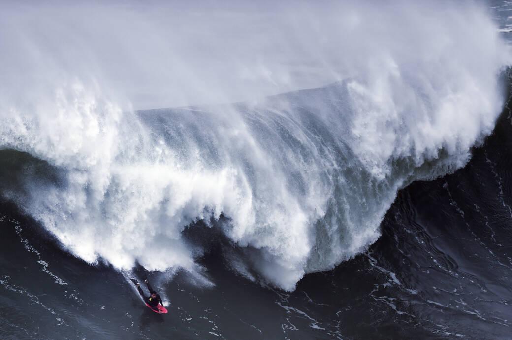 Big Wave am Praia do Norte in Nazaré, Portugal