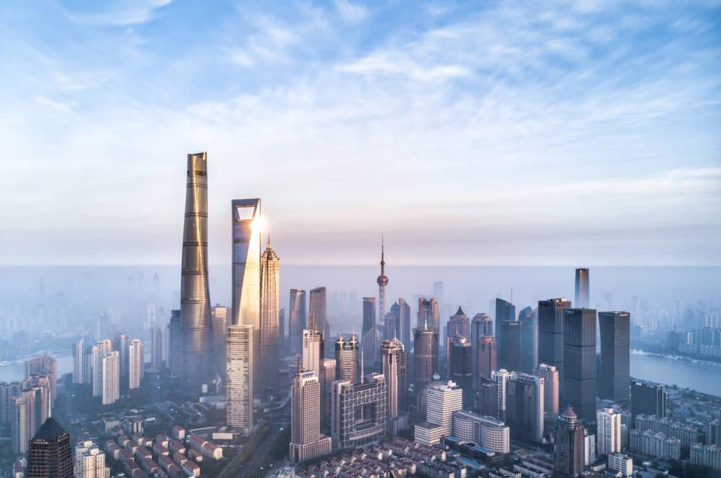 In Shagnhai gibt es zahlreiche gigantische Gebäude, unter anderem der zweithöchste Wolkenkratzer der Welt und, rechts daneben, Platz 11 der höchsten Gebäude weltweit, das Shanghai World Financial Center
