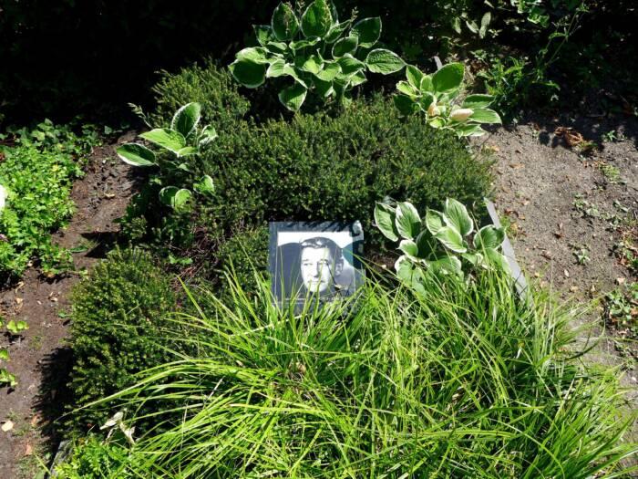 Die Urne mit der Asche von Helmut Newton ist auf dem Friedhof Stubenrauchstraße in Berlin-Schöneberg beigesetzt