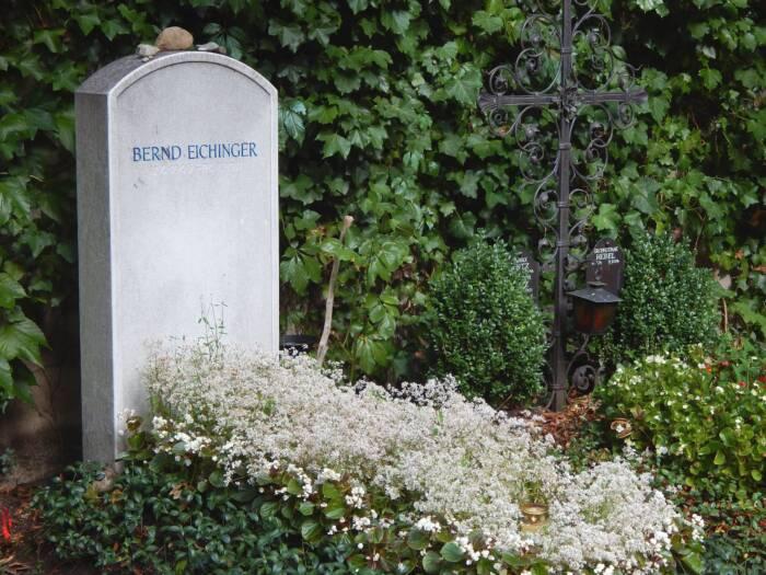 Das Grab von Filmproduzent Bernd Eichinger (1949 - 2011) auf dem Alten Bogenhausener Friedhof in München