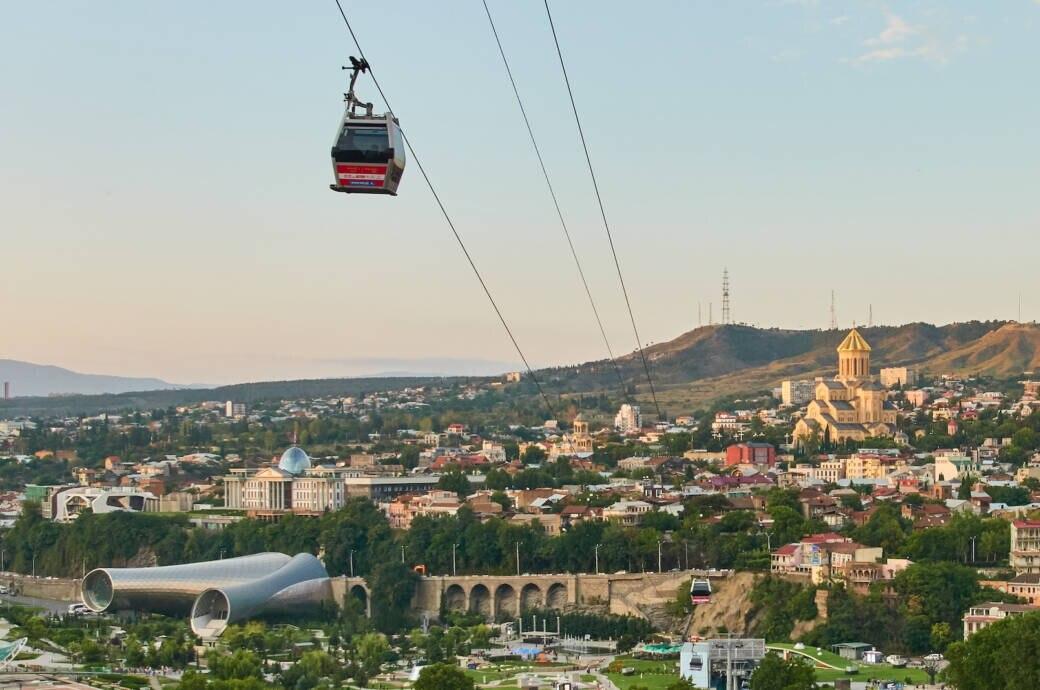 Georgiens Hauptstadt Tiflis begeistert mit einer Seilbahn in der Stadt