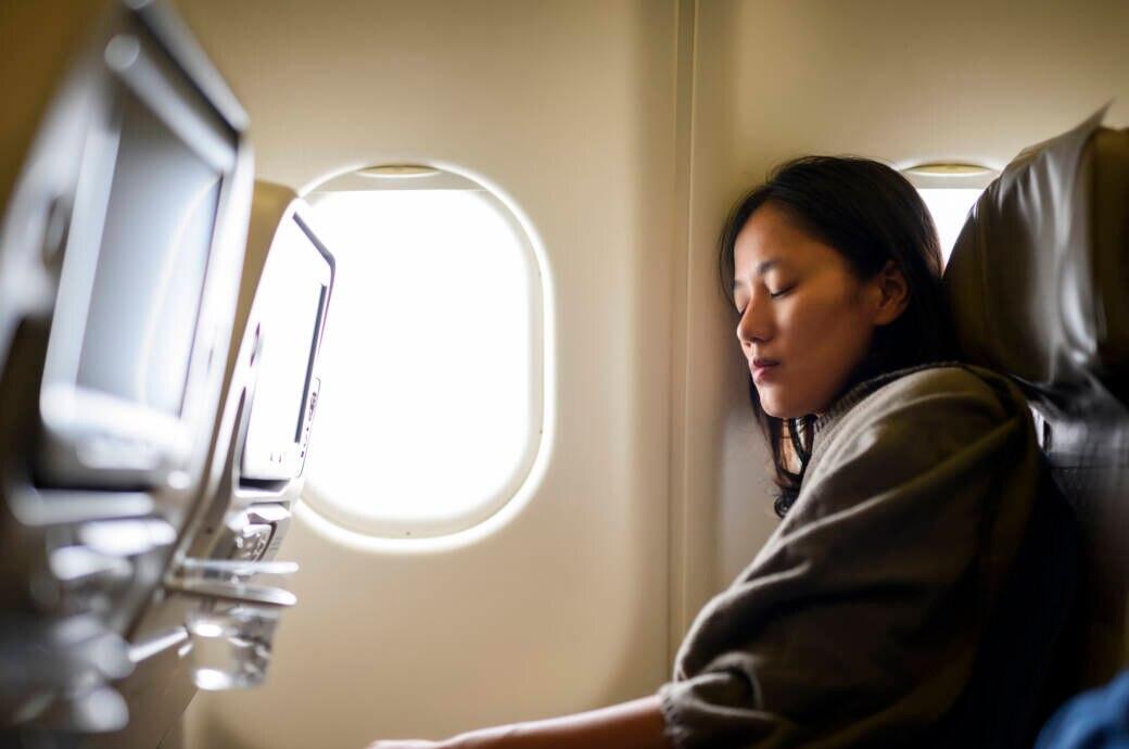 Im Flugzeug ist es oft recht kalt und Passagiere frieren schnell – doch die Temperatur ist beabsichtigt