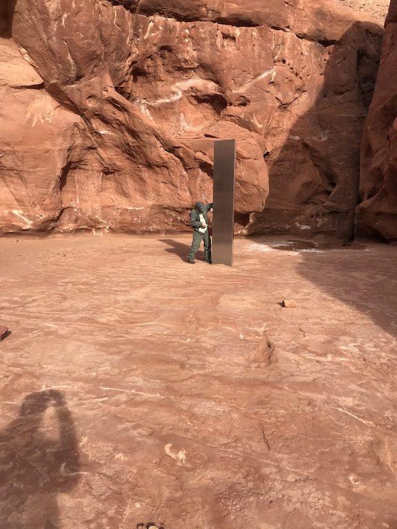 Der Monolith ist etwa drei Meter hoch