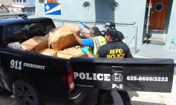 Polizisten der Marshallinseln verladen die sichergestellten Pakete mit dem Kokain