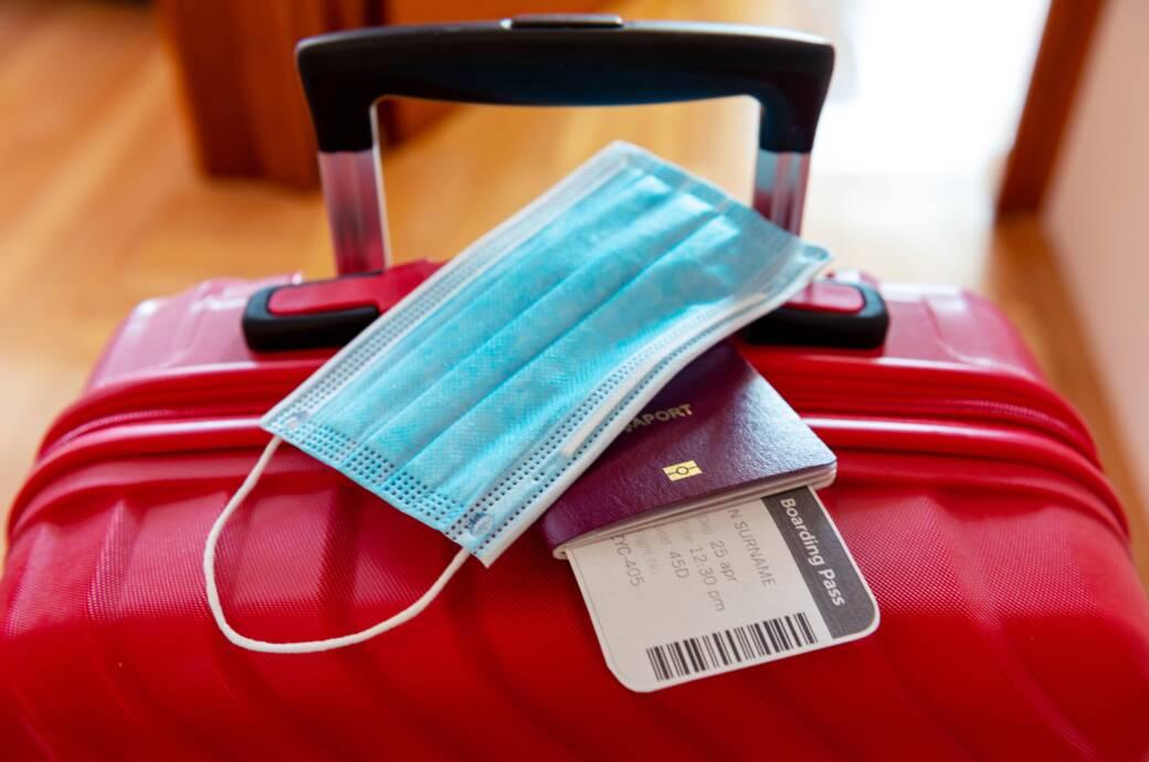 Koffer mit Maske und Pass