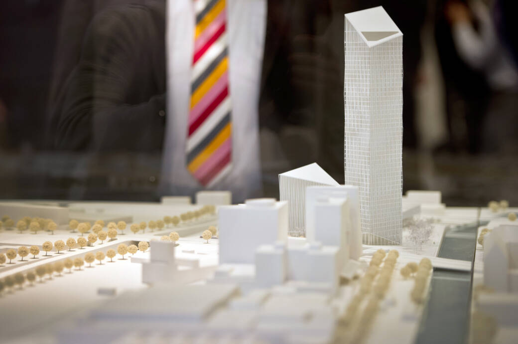 Ein Modell des Estrel Towers das zumindest eins zeigt: Das neue Hochhaus wird seine Nachbarn deutlich überragen