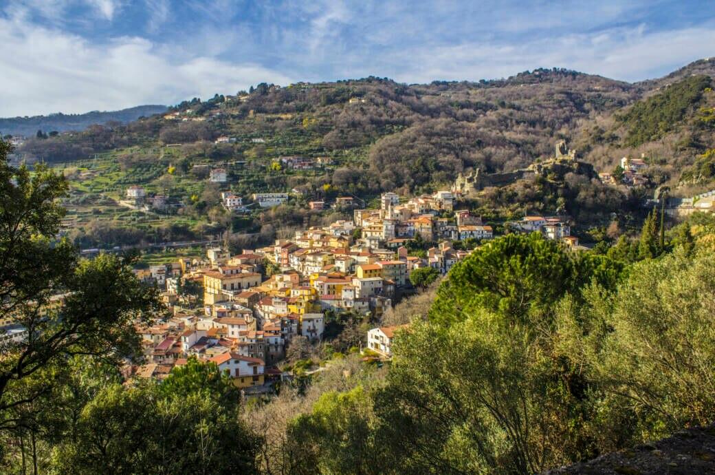 Lamezia Terme liegt malerisch an einem Hang