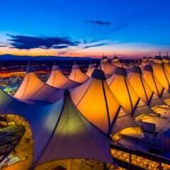 Zeltartige Gebilde zieren das Dach des Flughafens von Denver, des vielleicht seltsamsten Flughafens der Welt