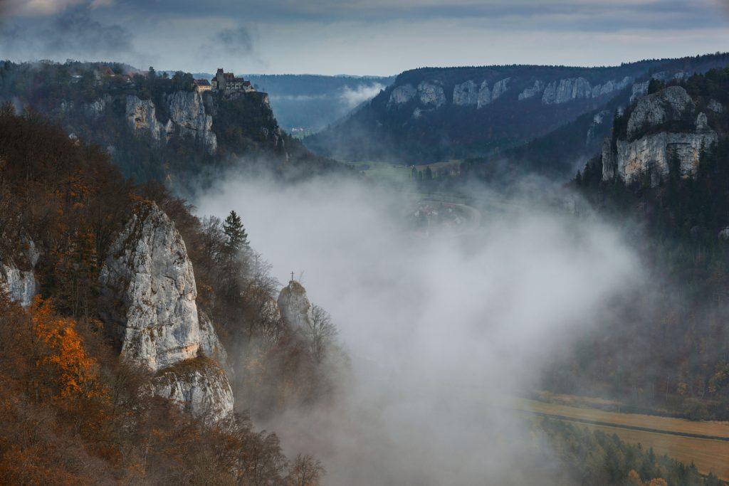 El Danubio se abre paso a través de imponentes acantilados de piedra caliza en sus tramos superiores en Baden-Württemberg
