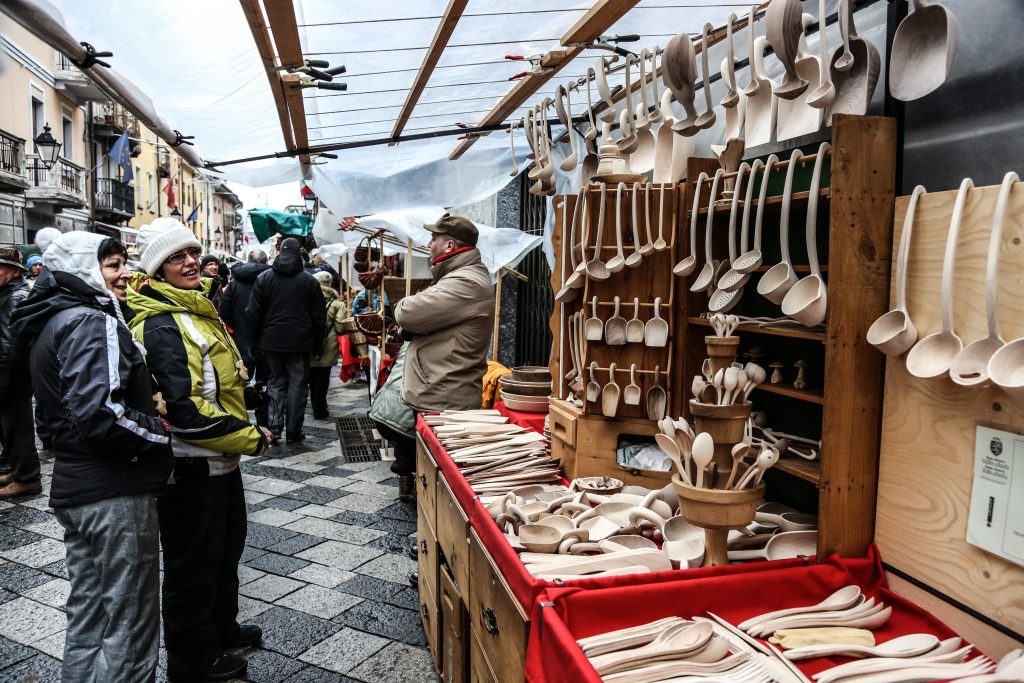 Admire the works of local artisans like here at the Sant'Orso Fair.
