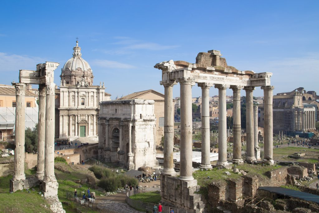 Reminiscent of ancient Rome: view of the Temple of Saturn.